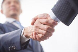 合意し握手する人のイメージ画像
